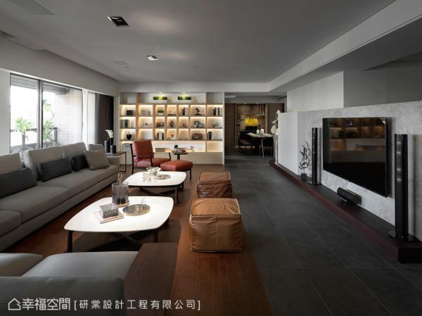 在视觉的端景处,规划整面的开放式书柜,让拥有大量书籍的律师屋主,拥有充足的置放空间。