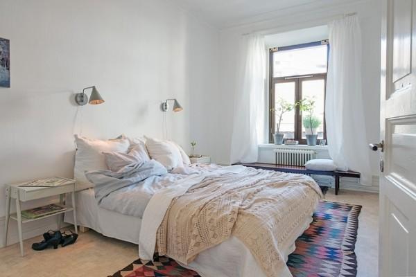 三米多高的天花板,灰泥,高高的异形装饰线条,深们,壁龛,白色的墙壁,还有橡木拼花地板组成了客厅清雅的色彩。