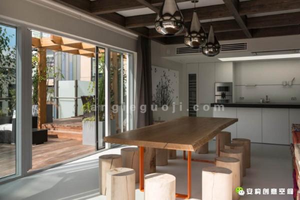 至于整个寓所的装修档次,光是看看那树脂的地板,和用丹麦高端品牌Dinesen板材做成的天花板,就一目了然了。