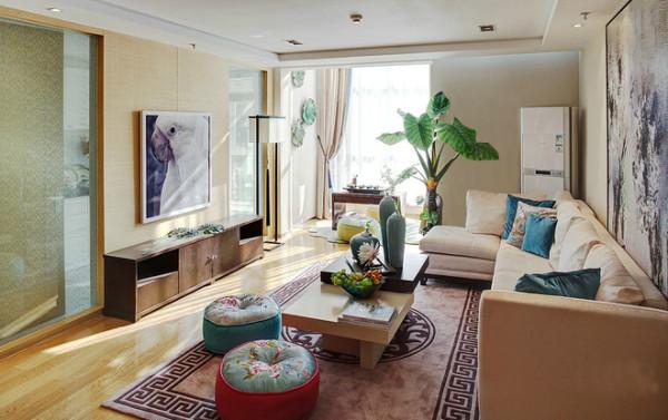 明快温馨的卧室设计理念:卧室温馨的色调搭配鲜明的蓝色对比强烈,效果出彩。亮点:地毯和床上用品虽然带有中式元素,但充满了现代感。