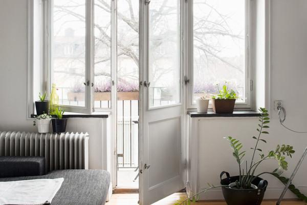 80平米简约混搭古典风的公寓,由基本的简约配色黑白灰作为主体色,运用木头地板让原本看起来较为冷的房间,多了一些暖意。