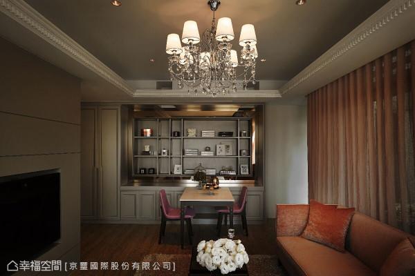 客、餐领域兼容一室,透过天花的梁柱结构与对象装饰,自然划分机能领域。
