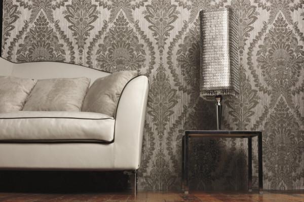 《普拉缇纳》系列,适合装饰客厅等房间。产品采用纯纸布艺和无纺底的设计,将天然的美融入到了墙纸当中,通过编织技术呈现出逼真的手工奢华质感。图片有格莱美墙纸提供。