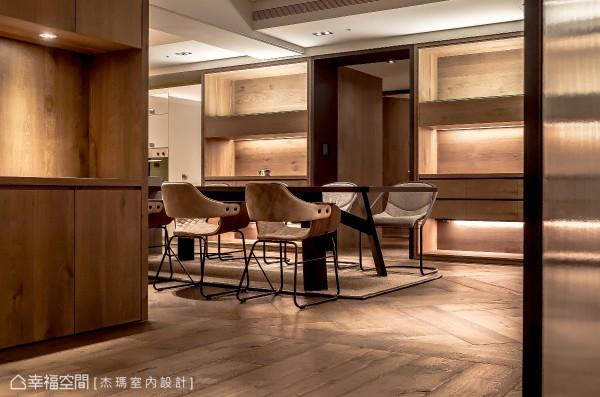 餐厅旁的立面主墙,以虚实收纳柜体提供大量的置物机能;而两柜体的中间,则以铁件门框及拉门,作为通往私领域、内玄关的动线。