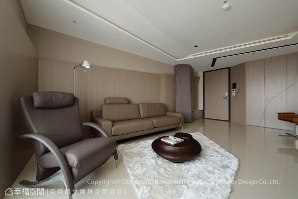 客厅的茶几是以鹅卵石为设计灵感,为空间注入自然生命力。