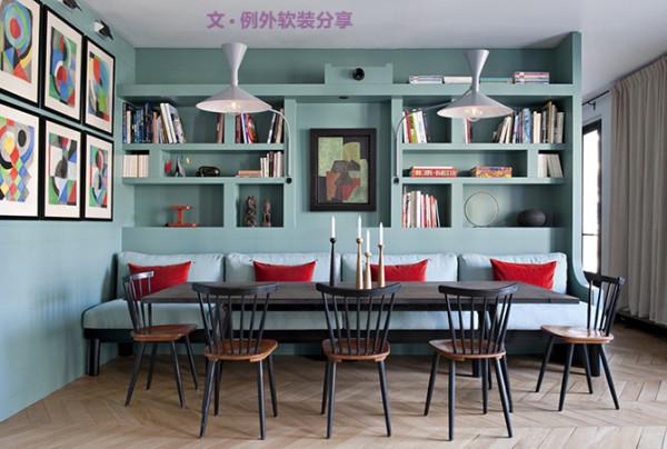 客厅室内设计前半部以天蓝色为主调,搭配不同的深浅渐变色以及不同造型款式的沙发,即使用座椅将其分开,也十分协调。