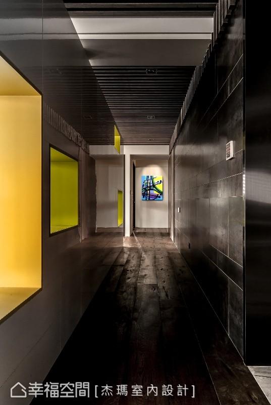 廊道左侧为电视墙后方,游杰腾设计师利用量体的深度,构置色彩鲜明、摆放艺术珍藏的展示台面,让每一处都能俯拾是景。