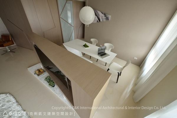 从俯瞰的角度观察,能清楚看出蔡竺欣设计师跳脱制式的设计框架,以三角造型赋予电视主墙不一样的面貌。