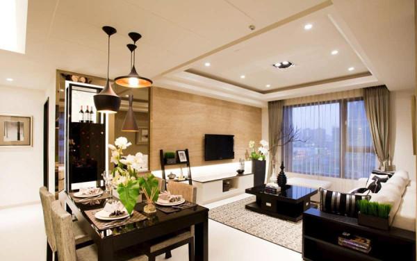 拉伸电视墙线条,茶色的烤漆玻璃做的红酒柜,既美观又实用。