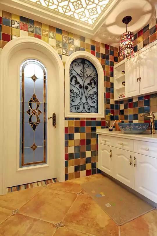 卫生间墙面贴满拼接色马赛克,营造出异域风情。华丽的镂空花纹天花板和门窗又打造出优雅艺术氛围,繁复图案的灯罩是最大亮点。