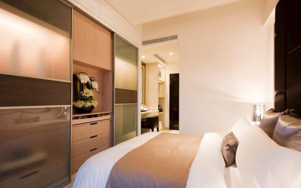 卧室整体较温馨,进门是日常的物品收纳,美美的梳妆台必不可少,还有大容量储物功能的衣柜用来收纳各种生活用品。