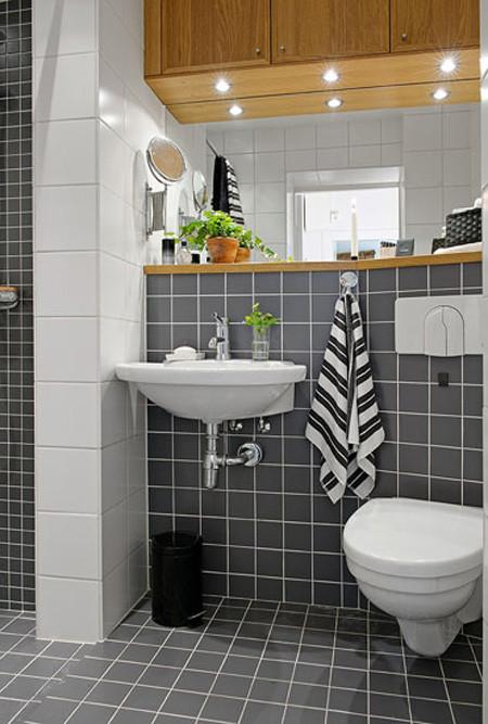 黑白格调的卫生间个性十足,几盆小植物也把卫生间点缀的生机盎然。