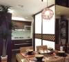 设计师将空间分为公共与私人两大区域,一道特殊漆料的落地电视墙巧妙地区隔客餐厅、而餐厅两旁又分别延伸出厨房与阅读区,为开放格局製造视觉层次,生活动线便捷而流畅。