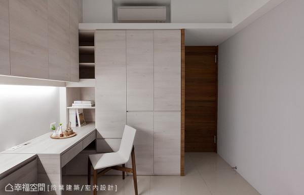 不仅是视觉上的美观,拾叶设计运用大量的柜体设计,加强空间的收纳机能。