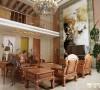 客厅一副大气的山水画体现出了一种庄重、典雅、尊贵,完成古典和现代的交融。