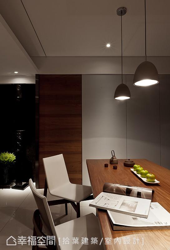 电视墙向内延伸后,来到餐桌区,是家人凝聚情感、交流与互动的区域。