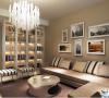 配上顶部照下来的灯光,整个电视背景墙把客厅提升起来。沙发背景墙只做了简单的处理,用彩色的乳胶漆搭配不规则的照片墙的一个组合,让整个客厅更加的温馨,更有家的感觉。