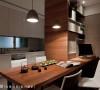 餐桌区可说是聚集屋主生活的核心机能区,不仅用餐,还结合烹调、料理的厨房区,以及个人计算机区。