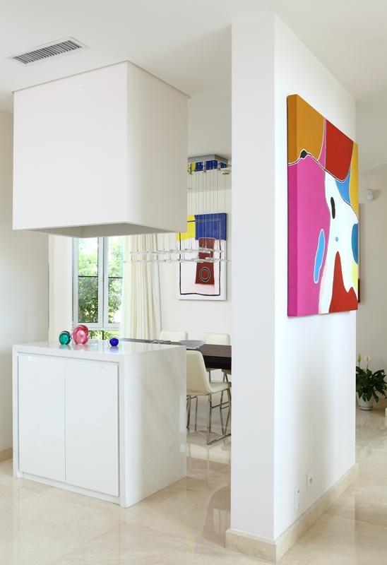 门厅:进入房子里的玄关处,可以看到右侧的墙体被打开,重新安排的造型由上下两个方体构成,上方的是灯以辅助照明为主,下方的是餐边柜,台面上可以摆放些饰品,对餐厅起到了一定遮挡又有通透的感觉。