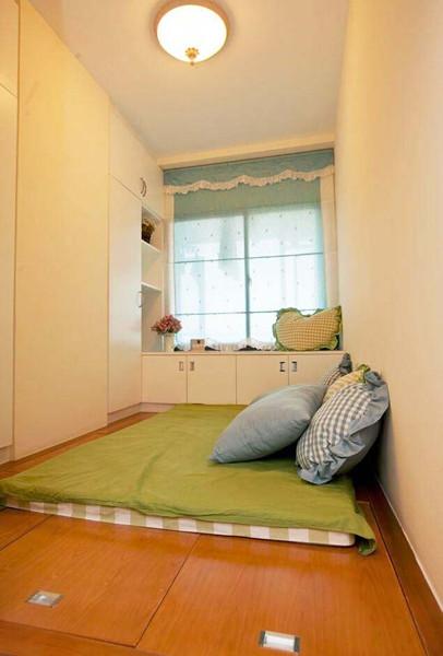 改造出来的房间不仅可以储藏所有的书籍和杂物,还可以作为临时的客房。
