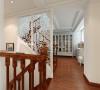 木质楼梯,白色雕花隔断,包括走廊的挂画装饰搭配的都清新适宜。
