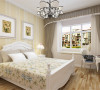 本次案例的设计风格是简欧风格。首先,客厅部分整体地面铺设浅色实木复合地板。墙面整体浅黄色的乳胶漆,顶面做了简洁的石膏线造型。