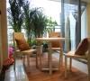 阳台的休闲区域飘窗采光性很好,是家庭或者聚餐的好地方。