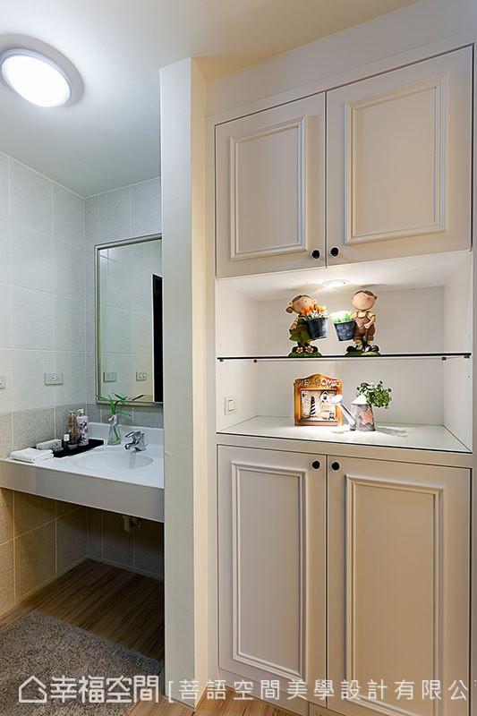 在设计总监邱伊娴调整格局后,卫浴走道多了实用与美观兼具的收纳柜,进而提升空间效益。