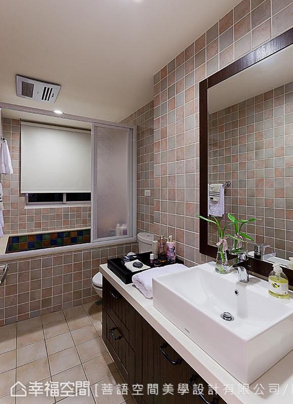 微调格局后,主卧卫浴扩大了近半坪,同时重新搭配复古方砖及浴柜,展现释压的乡村风意象。