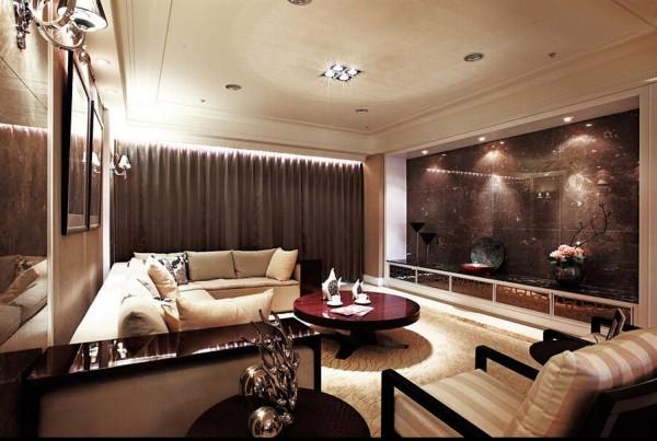 客厅电视主墙以全版秋海棠大理石展现尊贵气势,下方的电器柜则 利用镜面贴皮设计达到延伸空间效果