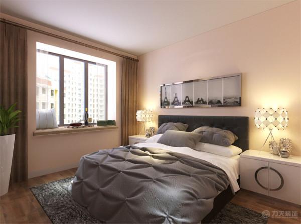 卧室空间很大,放了一个大床,两个床头柜,墙面整体刷浅灰色的墙漆。整体会给人一种温馨的感觉。由于线条简单、装饰元素少和完美的软装配合,才能显示出美感。