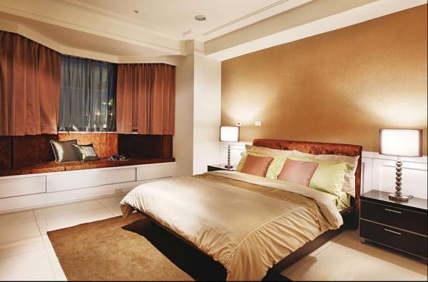 次卧房是专為长辈 準备的空间,除了附有套房式卫浴空间,同时以座榻设计增加使用机能