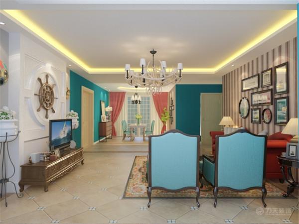 客厅又采用美式沙发一红一蓝的搭配,再加以条色壁纸和挂画的装饰显得混搭氛围很独特。