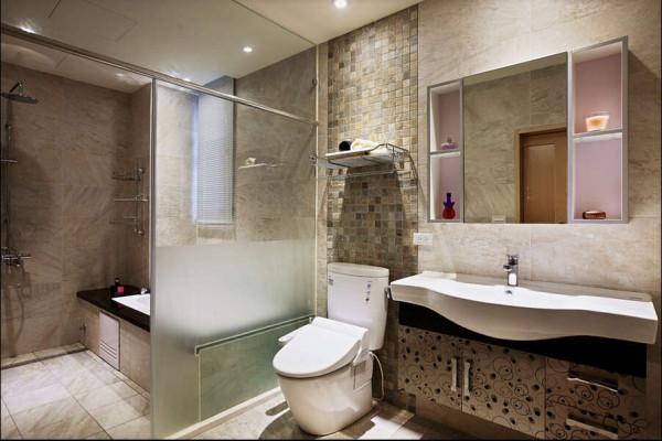 主卧室卫浴空间相当宽敞,并以石材与进口磁砖的自然感来烘托出紓压质感及屋主风雅品味。