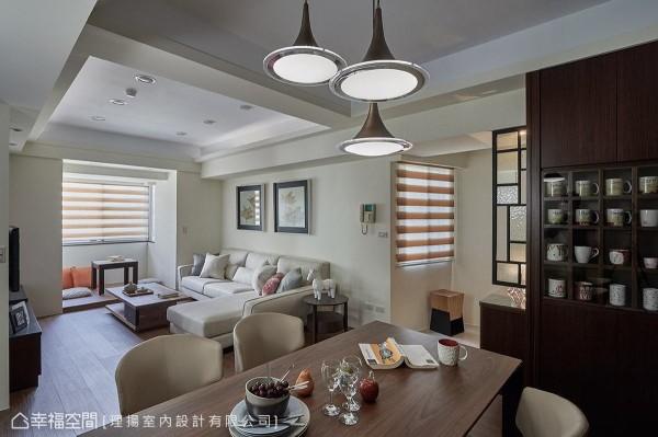 屋主有许多马克杯的收藏品,理扬室内设计贴心规划一面展示柜,并加装玻璃门片,避免灰尘堆积。