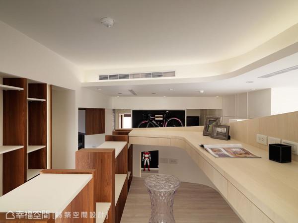 朱皇莳设计师善用储藏室上方的空间规划书房,错落的跳格书柜顶端顺势成为隔挡。