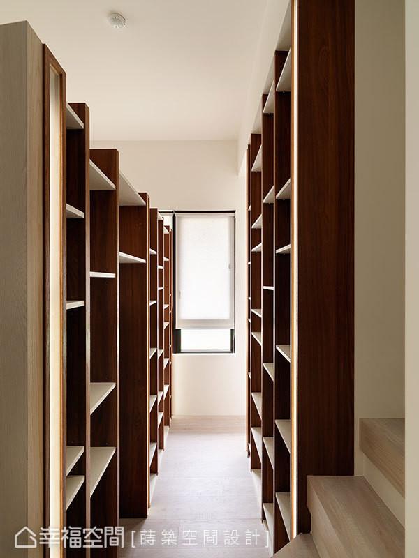 储藏室和起居室以书柜取代墙面为隔间,利用化柜为墙的设计,创造出具人文感的书墙端景。