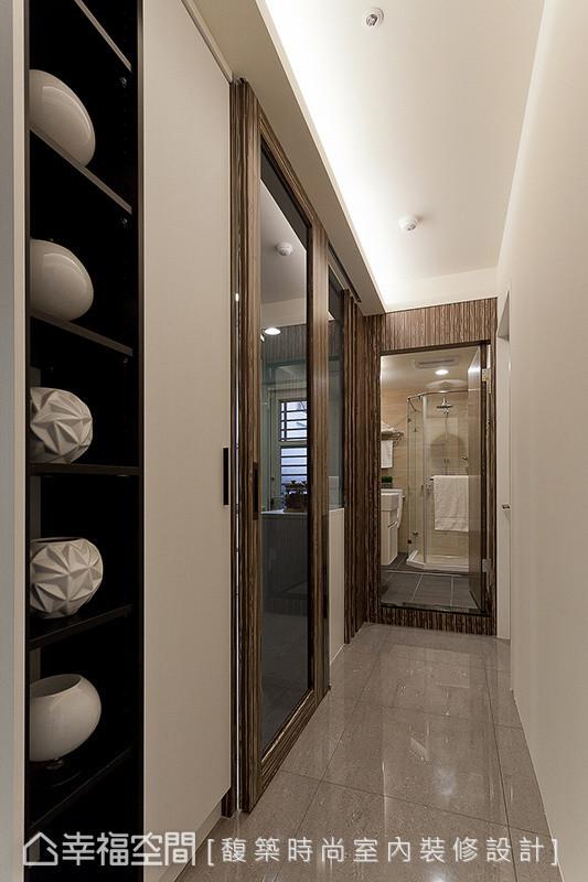 切齐梁下的厨房门片,与拉高对齐的卫浴立面线条,拉升场域垂直高度,并透过天花间照的映照,让运用厨房内凹区块安排的展示柜体艺品,型塑走道艺廊的行进感受。