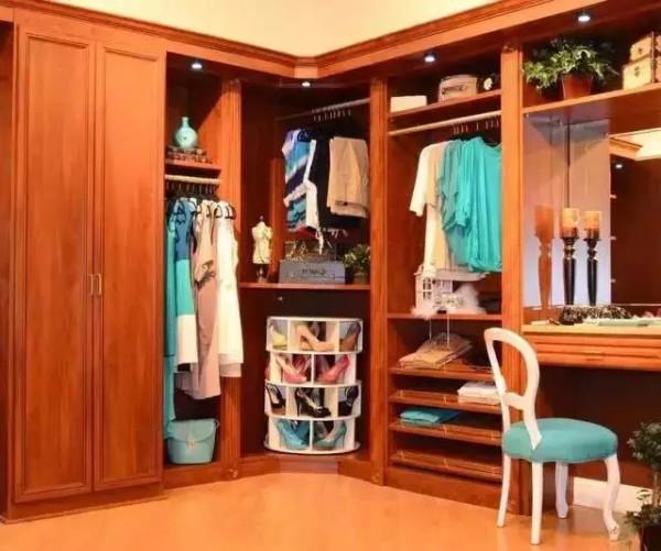 常用的折叠空间一般设计靠外取物方便处,放常用的可折叠的衣服,衣柜中下方空间可设计抽屉、层板、放可折叠的T恤衫、衬衣、毛衣等。