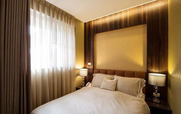 主卧深色木皮框景入皮革壁布,细节中可见手作感的车缝线条,质感表现精品温度。