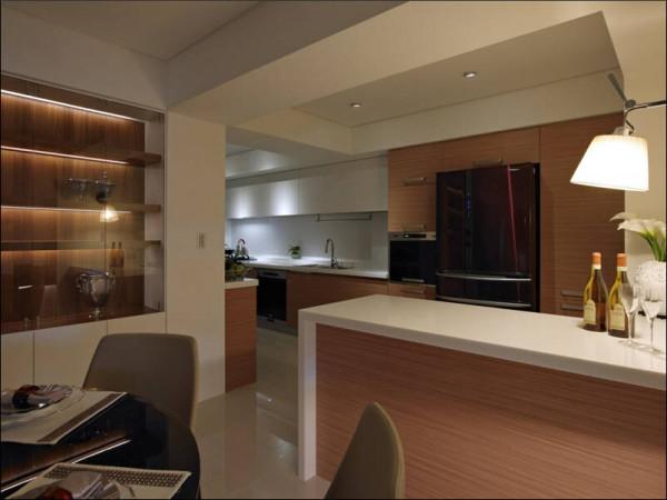 吧檯设计上仿製中岛式的机能规划,目的在於让厨房机能多元而丰富