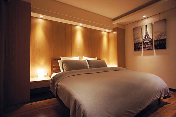 主卧空间利用间接的光氛效果、材质顏色,挹注温馨的生活旨趣