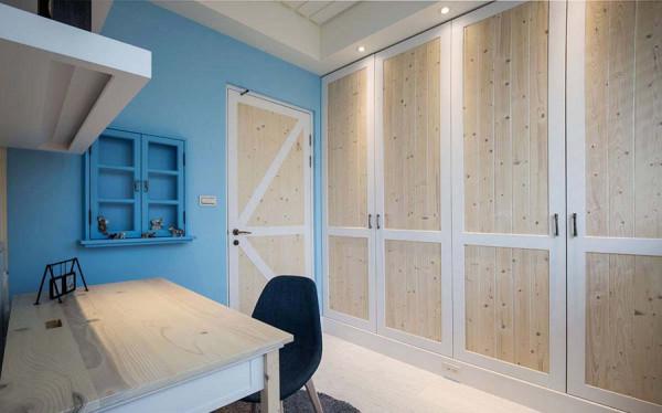 实木拼接的造型衣柜,搭衬上书桌旁的蓝色小窗,地中海主题里收藏着小主人最爱的公仔玩具