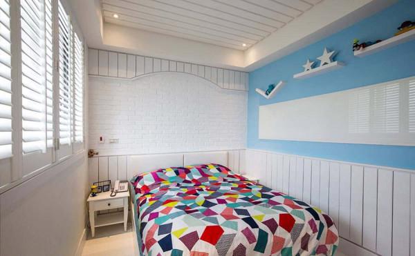 跳脱主卧的深色彩度,木作框架搭上文化石墙,简单净白即是姐姐房的主墙风景。
