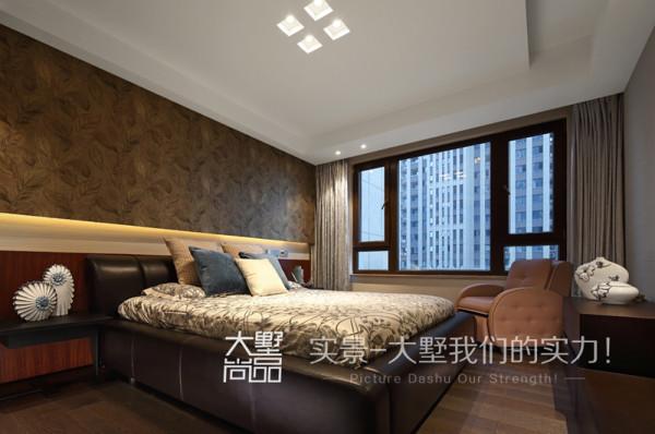 卧室可以说是家居中的核心,好的睡眠环境,不仅可以提高人们的睡眠品质,还可以促进情感的升华。主卧选择的壁纸配上皮质大床使空间更显大气舒适。