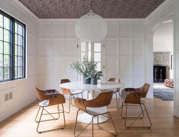 改造的老屋通过使用天然的材料,以及对壁纸的运用给人一种现代化的感觉。同时为了尊重及保留原先老建筑的风格,强调手工制作的特色,给人一种耳目一新的感觉。