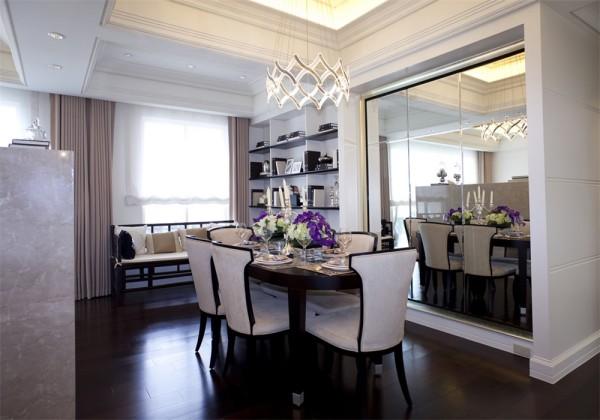 餐厅全貌特写,餐桌的背景采用镜面能够增加餐厅视觉上的宽度。