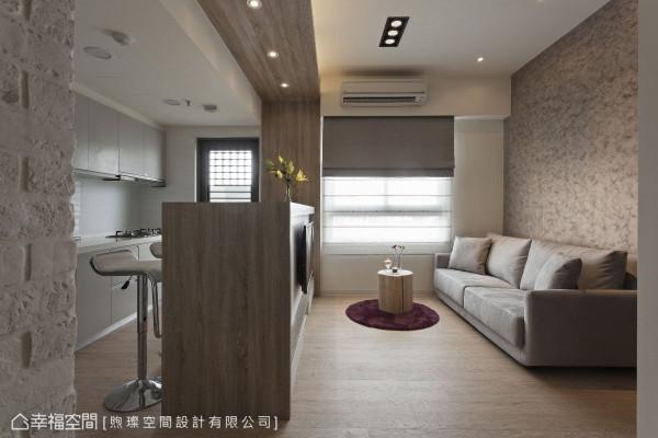 小空间里,吧台结合了电器柜与电视柜,留住了休憩与收纳,温馨了空间。