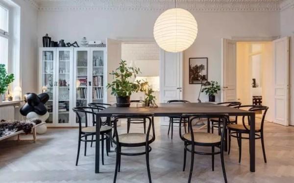 """Agaton住在斯德哥尔摩一处商店街的公寓楼里,这座建于19世纪的楼屋难免有些不合理,家中结构有多处拐角,于是Agaton干脆把一些家具""""沿墙""""而立,或选择合适尺寸的艺术作品悬挂于隔离墙上。"""