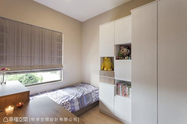 简约的收纳,将温暖留在房间里;白色系统柜搭配原木色系,增添温润质感。